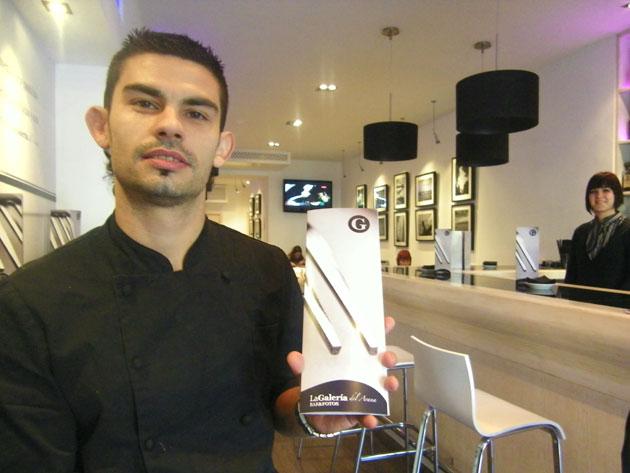 El cocinero Juan Galán, jefe de cocina de los dos establecimientos de Arana, con la carta del nuevo bar. Foto: Cosas de Comé.