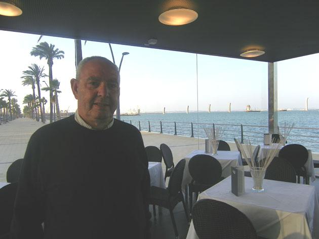 Manuel Baro en la nueva marisquería cervecería que ha abierto la empresa en la avenida de la Bahía en marzo de 2011. Foto: Cosas de Comé