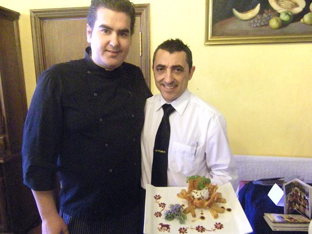 El cocinero jerezano Mario Mateos y el cortador de jamón Eulalio Oliva, los autores de esta receta perteneciente al restaurante La Piedra de Jerez. Foto: Cosas de Comé