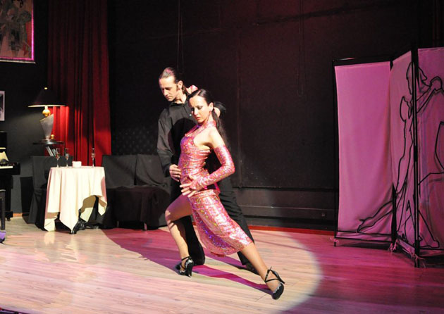 Imagen del espectáculo de cabaret que se ofrecerá en La Marina de La Línea el día 1 de abril. Foto: Cedida por el restaurante La Marina