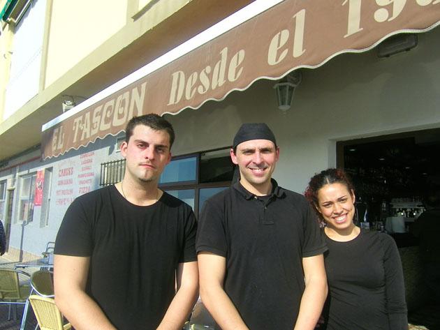 El cocinero Joaquín Sánchez, en el centro de la foto, junto a los camareros Pepe Quirós y Lorena Rodríguez, a las puertas de El Tascón. Foto: Cosas de Comé.