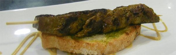 El pinchito de atún se servirá al modo tradicional con su rebaná de pan para recoger la salsita. Foto: Cosas de Comé.