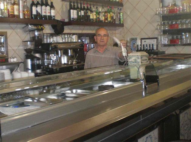 """Rafael Guerrero Calle, el iniciador de la nueva etapa del Bar La Casita, tras la barra del bar recien remodelado al que sigue acudiendo """"a echar un vistazo"""" a pesar de sus 72 años. Foto: Cedida por el bar La Casita."""