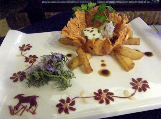 Los adornos del plato están realizados con recortes de jamón y son obra del cortador Eulalio Oliva. Foto: Cosas de Comé