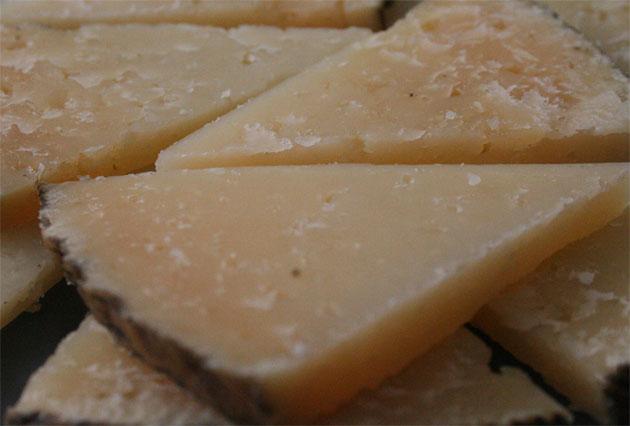 Imagen de un queso curado de los que se hacen en la Sierra de Cádiz con leche de cabras y ovejas autóctonas. Foto: Lola Monforte