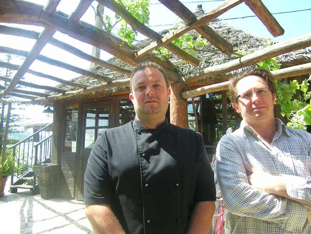 El cocinero Alberto Azpillaga, nuevo jefe de cocina de La Tajea, junto al propietario del establecimiento el vejeriego Francisco Joaquín Gómez. Foto: Cosas de Comé