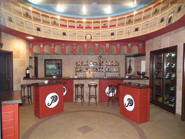 A la entrada del restaurante se encuentra este espacio de barra que simula el coso taurino de Ronda, pintado en las paredes. Foto cedida por el restaurante Puerta Grande Tuset