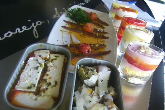 """Algunas de las tapas del menú, como las que se en la foto, van servidas en latas de conservas. A la derecha pueden verse varias propuestas de """"chupitos dulces"""". Foto: Cosas de Comé"""
