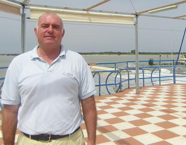 El cocinero José Ramón Hidalgo Otaolaurruchi en la terraza del Club Náutico, con unas vistas espectaculares al Coto de Doñana. Foto: Cosas de Comé.