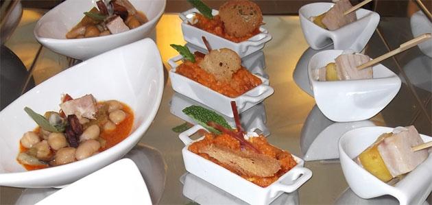 Algunas de las mini tapas calientes de Manolo Valencia como la berza, el ajo campero o la minibrocheta de atún con piña. Foto: Cedida por el restaurante La Andana