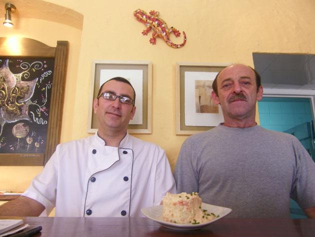 David Sacaluga, el cocinero de La Cueva del Lagarto, junto a Santiago Tirapu, el propietario del establecimiento. Foto: Cosas de Comé