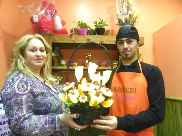 María José Jiménez y su hijo José Abel con una cesta de frutas arregladas como flores. Foto: Cosas de Comé