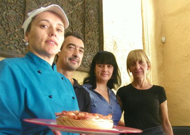 La cocinero Milagros Romero junto a Pepe Toledo, Rosa Salido y Sonia Landin en As Meigas, el nuevo establecimiento de la calle Plocia. Foto: Cosas de Comé.