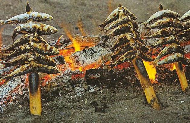 En La Marina se mantiene la tradición de ensaltar las sardinas en cañas. Foto: Cedida por el restaurante La Marina