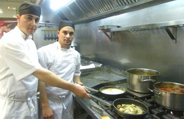 Los cocinero José Antonio Pelayo Moreno y Cristobal Jesús Aguilar Silva en la cocina de Casa Juanito El Costero de Zahara de lso Atunes. Foto: Cosas de Comé