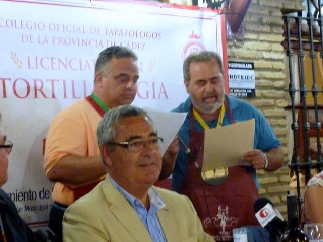 julio de la Torre y Pepe Pérez Moreno del Grupo Gastronómico Gaditano se encargaron de leer la oda a la tortilla de Antonio Pedro Serrano. Foto: Pilar Acuaviva del blog de Tubal.
