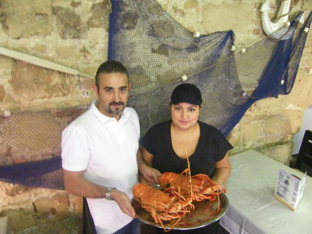 Pedro Neyra y Mercedes Jaramillo con dos langostas ya cocidas. Foto: Cosas de Comé