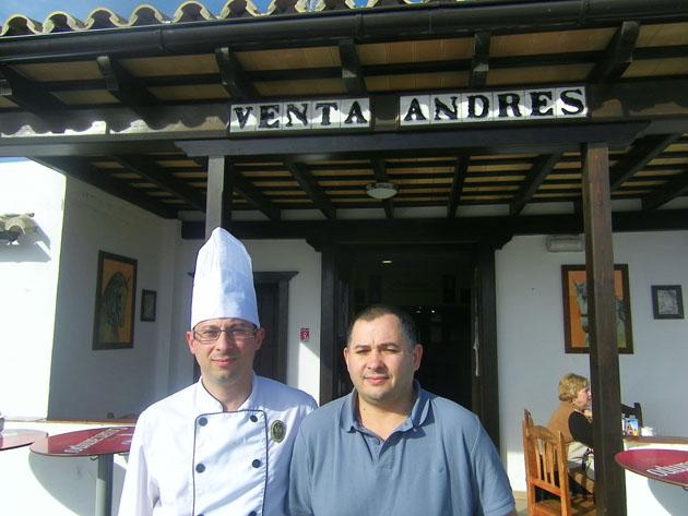 Los hermanos Humberto Daniel y José Enrique delante de la nueva entrada de la Venta Andrés. Foto: Cosasdecome