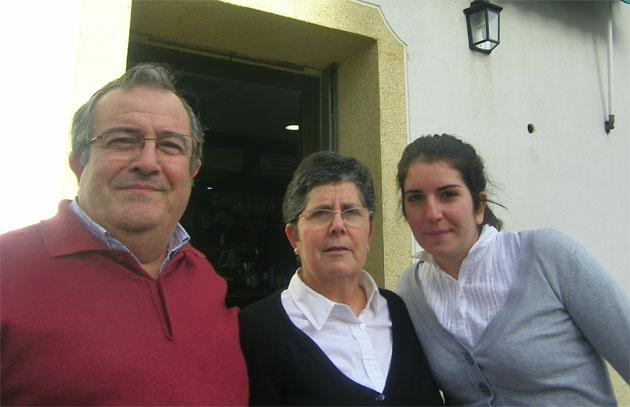 Antonio Guerrero Valiente junto a su mujer Concepción Parrado, que le ayuda en la cocina y Mari Paz Guerrero Parrado, su hija, que también les ayuda en el bar familiar. Foto: Cosasdecome
