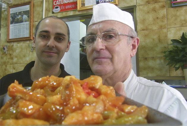 Sergio Ares junto a su padre Eduardo, el cocinero del establecimiento que sigue al frente de los fogones. Ambos posan con una fuente de pescado a la roteña, uno de los platos más demandados del establecimiento. Foto: Cosasdecome